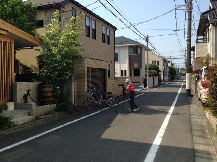 土曜日の朝、ご近所の方が玄関脇のヤマボウシを撮影中。